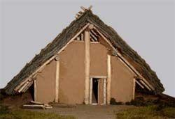 Südost-Giebel des bandkeramischen Hausmodells in Herxheim, nach Originalbefunden rekonstruiert